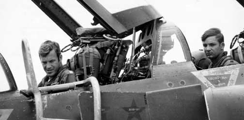 Die Kapitäne Steve Ritchie (links) und Charles DeBellevue bereiten sich in ihrer F-4 Phantom auf einen Einsatz vor. Sie sind zwei der drei Luftwaffen-Asse aus dem Vietnamkrieg und erhielten jeweils eine volle Gutschrift für vier der gleichen Abschüsse.